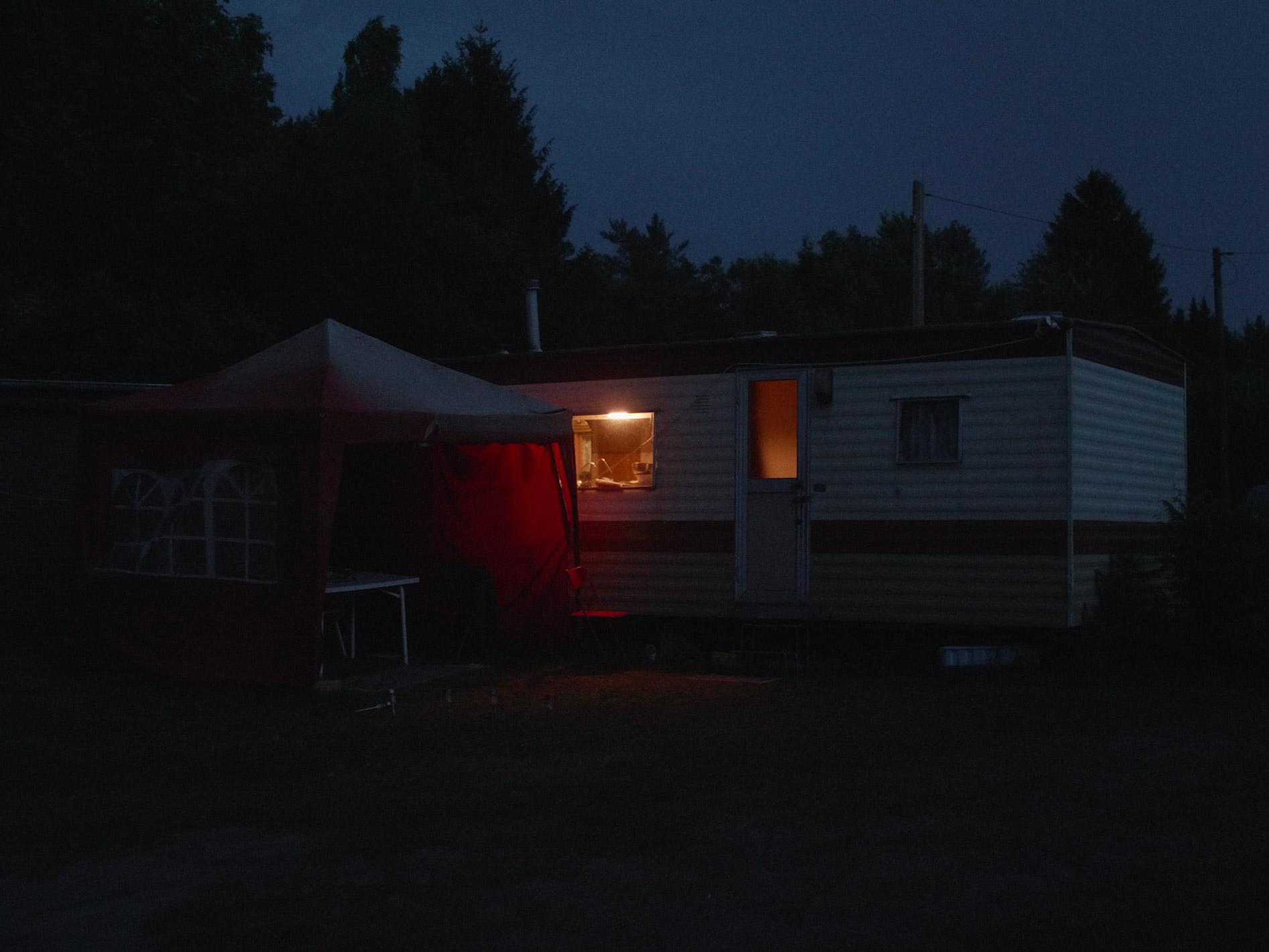 Regeln am Band, mit hoher Geschwindigkeit - osteuropäische LeiharbeiterInnen - Leben im Wohnwagen