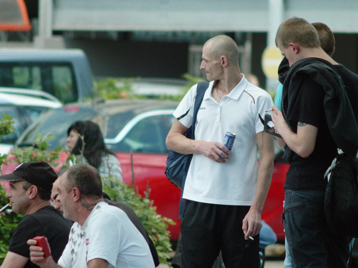 Regeln am Band, mit hoher Geschwindigkeit - osteuropäische LeiharbeiterInnen - Leiharbeiter warten
