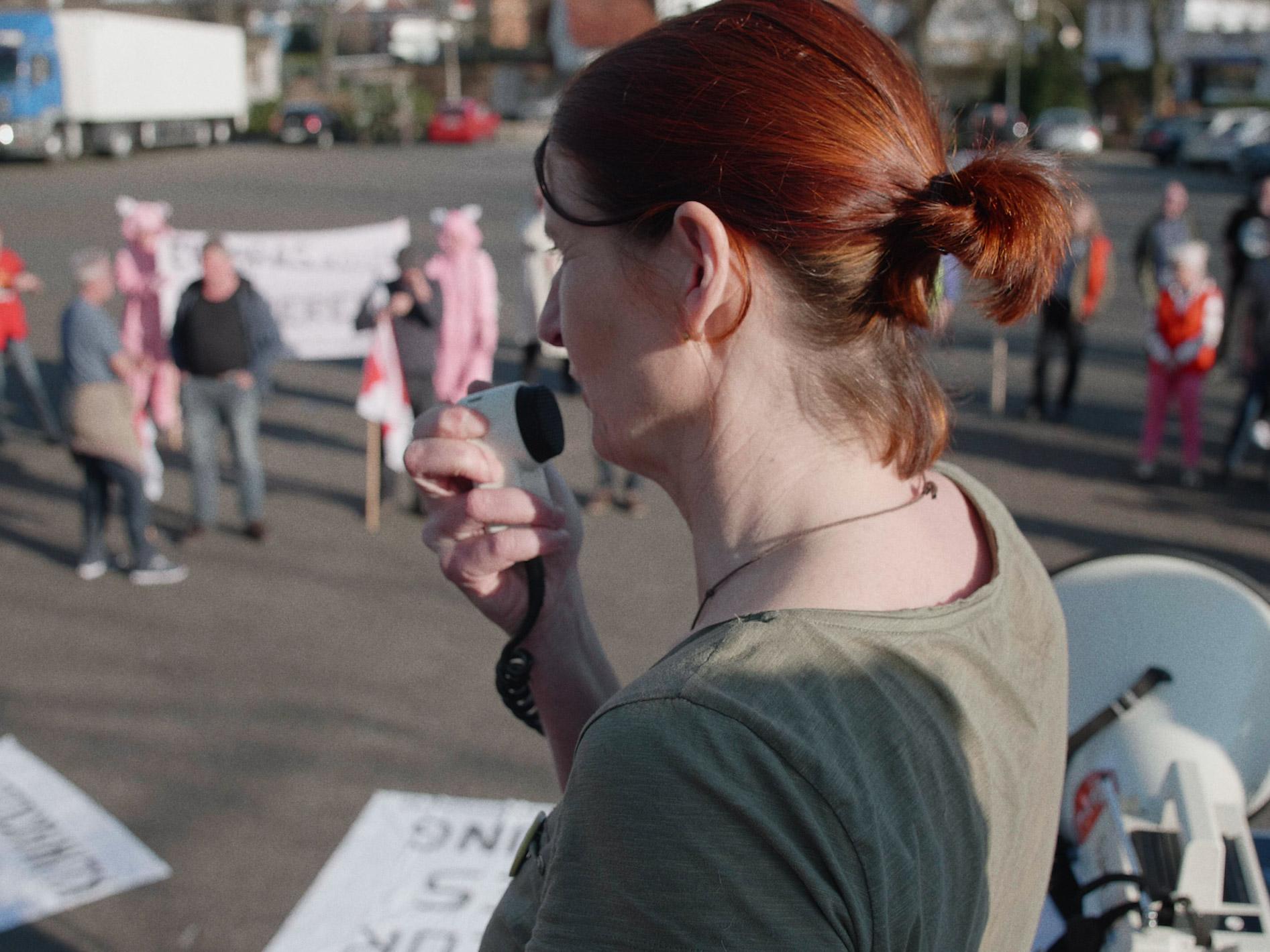 Regeln am Band, mit hoher Geschwindigkeit - Aktivistin bei Demonstration
